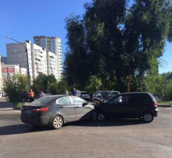 Наворонежской улице Урицкого столкнулись две иномарки: четверо пострадали