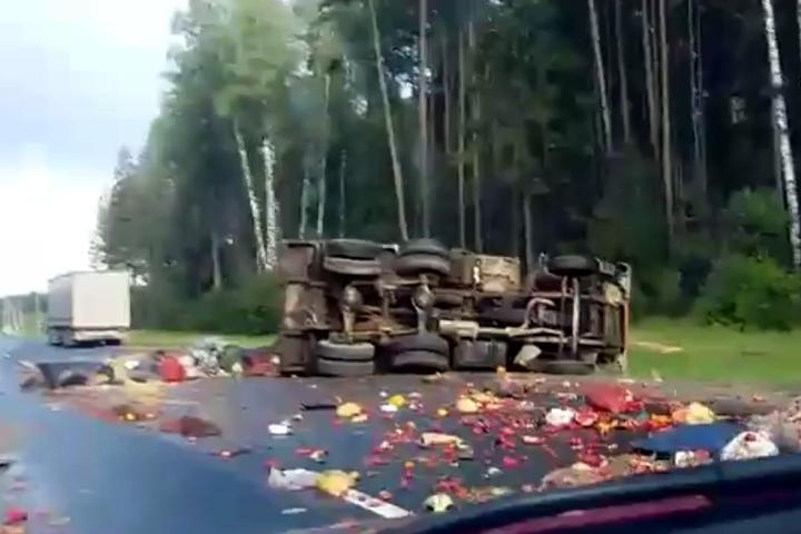 Под Тверью опрокинулся мусоровоз ирассыпал потрассе все содержимое