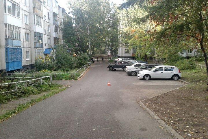 Шофёр сбил ребенка водворе дома вТомске и исчез