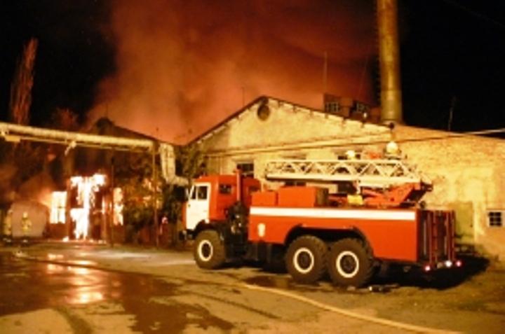 Один человек умер напожаре судоремонтного завода вАстрахани