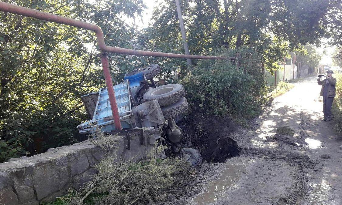 ВРостове-на-Дону обвалилась часть дороги, упал фургон ЗИЛ