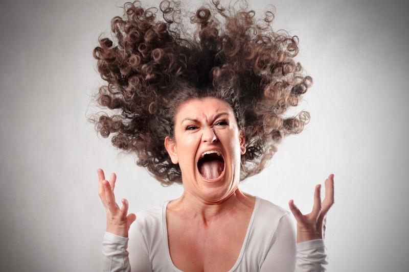 Разъяренная женщина ворвалась в кабинет медсестры. Фото: vk.com