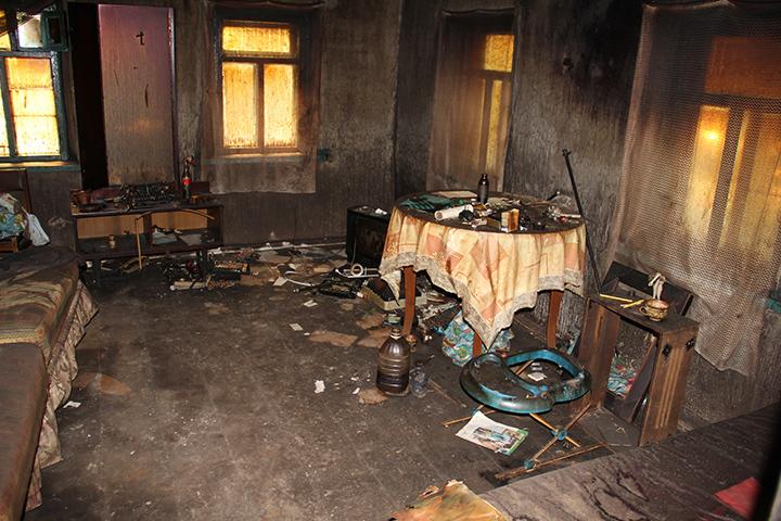 От сгоревшего дома остались фактически одни стены.