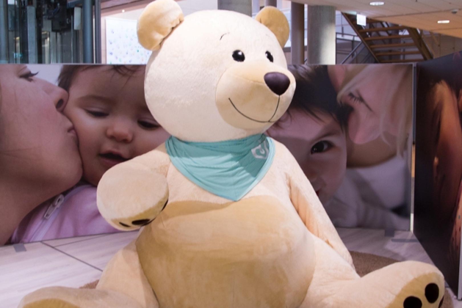 Вот такой уютный Мишка встречает малышей в зоне «Любить, играть, спокойно спать»