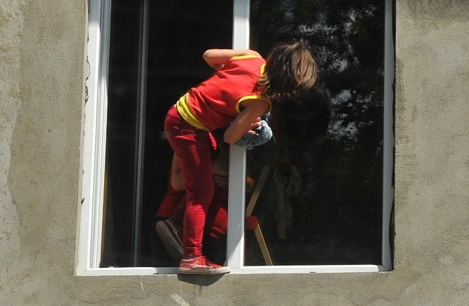 ВВолгограде 4-летний ребёнок выпал изокна 1 этажа частного дома