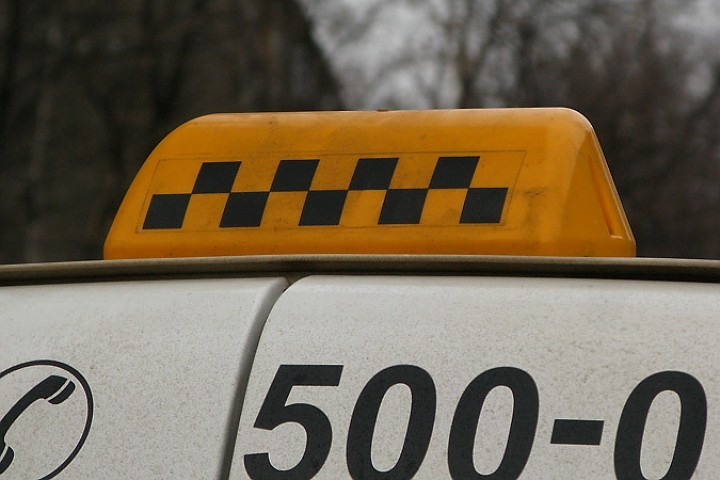Стоимость поездки 1 километра на такси оказалась почти в 2 раза выше, чем на своём автомобиле