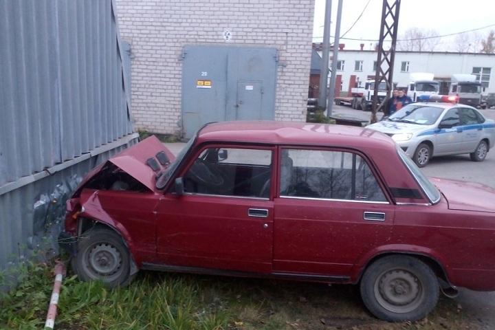 ВЧереповце шофёр «семерки» потерял сознание зарулем: машина врезалась вангар