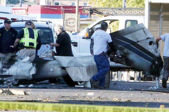 В городе Хартфорд небольшой самолет упал прямо на улице