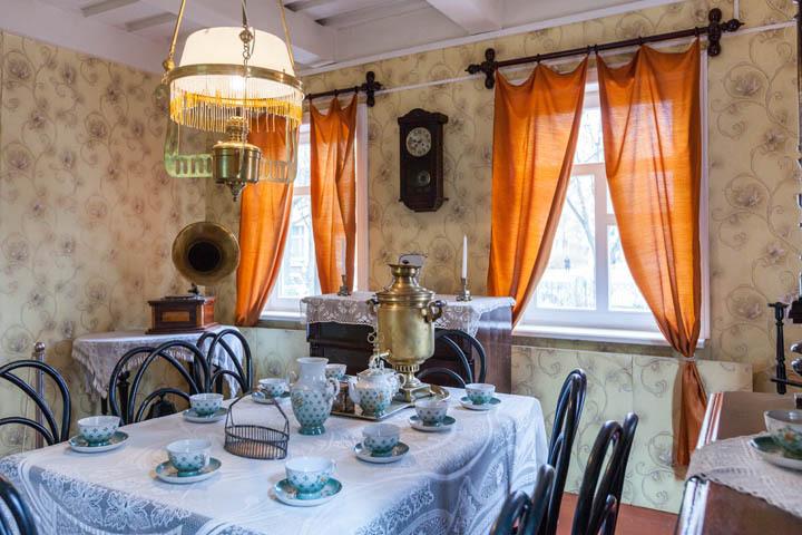 В квартире среднеобеспеченного минчанина можно было увидеть фарфоровую посуду, самовар, граммофон. Фото: Александр Каленик