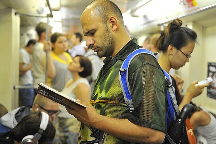 Самый популярный транспорт среди горожан - метро.