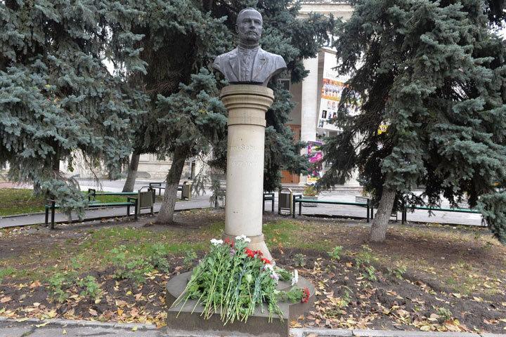 Социалисты возложили цветы к бюсту Карла Шмидта