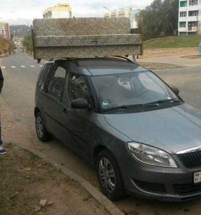 На крышу авто кто-то поставил диван. Фото: личный архив