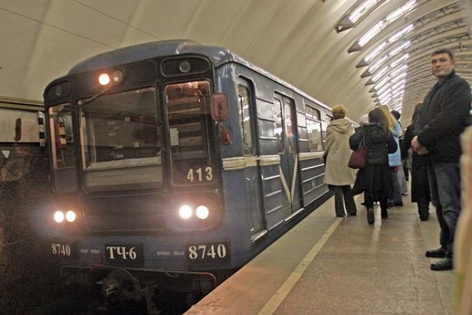 Прыгнувший нарельсы мужчина приостановил поезда насиней ветке