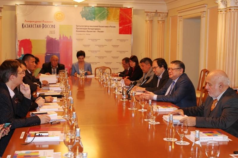 В Москве во время ежегодной встречи казахстанских и российских писателей состоялась презентация второго выпуска литературного альманаха «Казахстан-Россия».