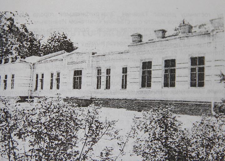 Здание Ошской больницы, построенное в 1900 году.