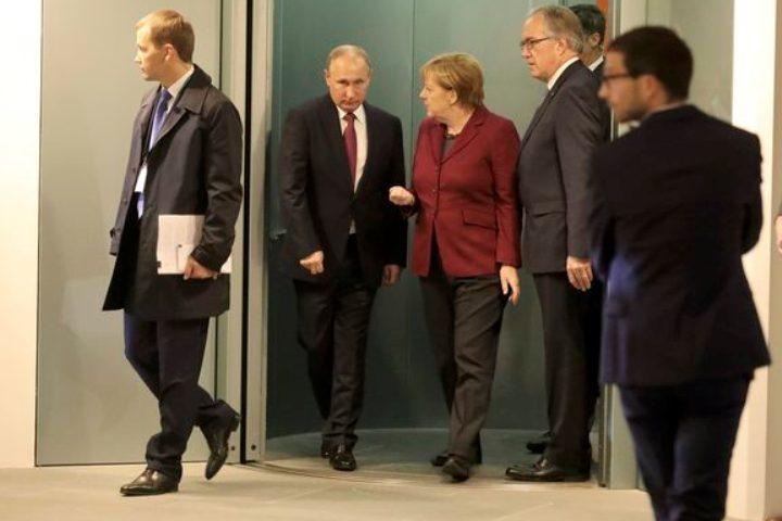 Немецкие церемонии: Путин и Меркель при встрече трижды пожали друг другу руки