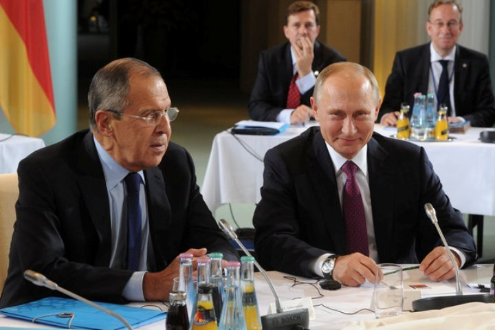 Президент России Владимир Путин и министр иностранных дел Сергей Лавров перед встречей лидеров «нормандской четверки» в Берлине