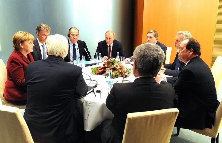 Обсуждение Минских договоренностей продолжалось пять часов, после чего президент Украины Петр Порошенко покинул зал. Фото: kremlin.ru