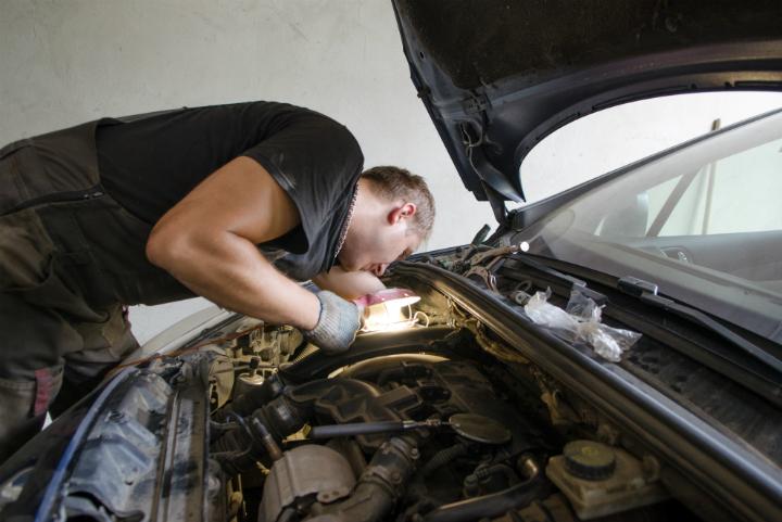 Мурманчанин сломал челюсть ремонтнику занекачественную починку машины
