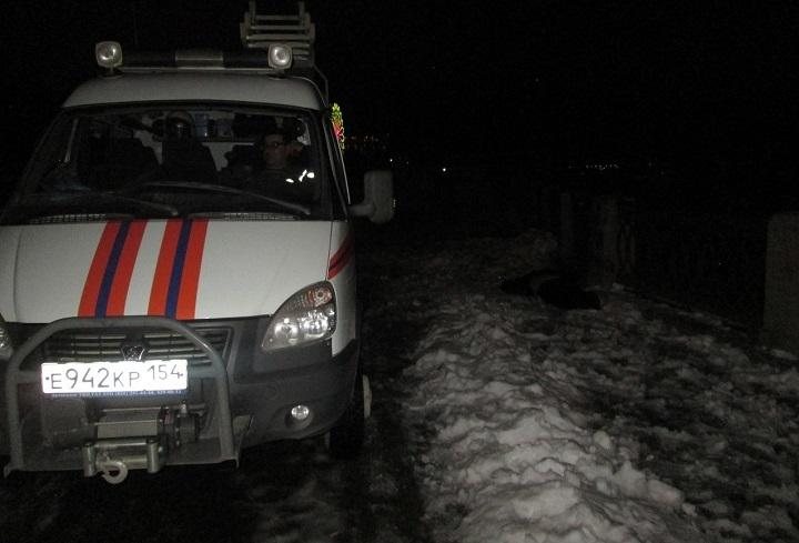 Cотрудники экстренных служб подняли мужское тело, упавшего сОктябрьского моста