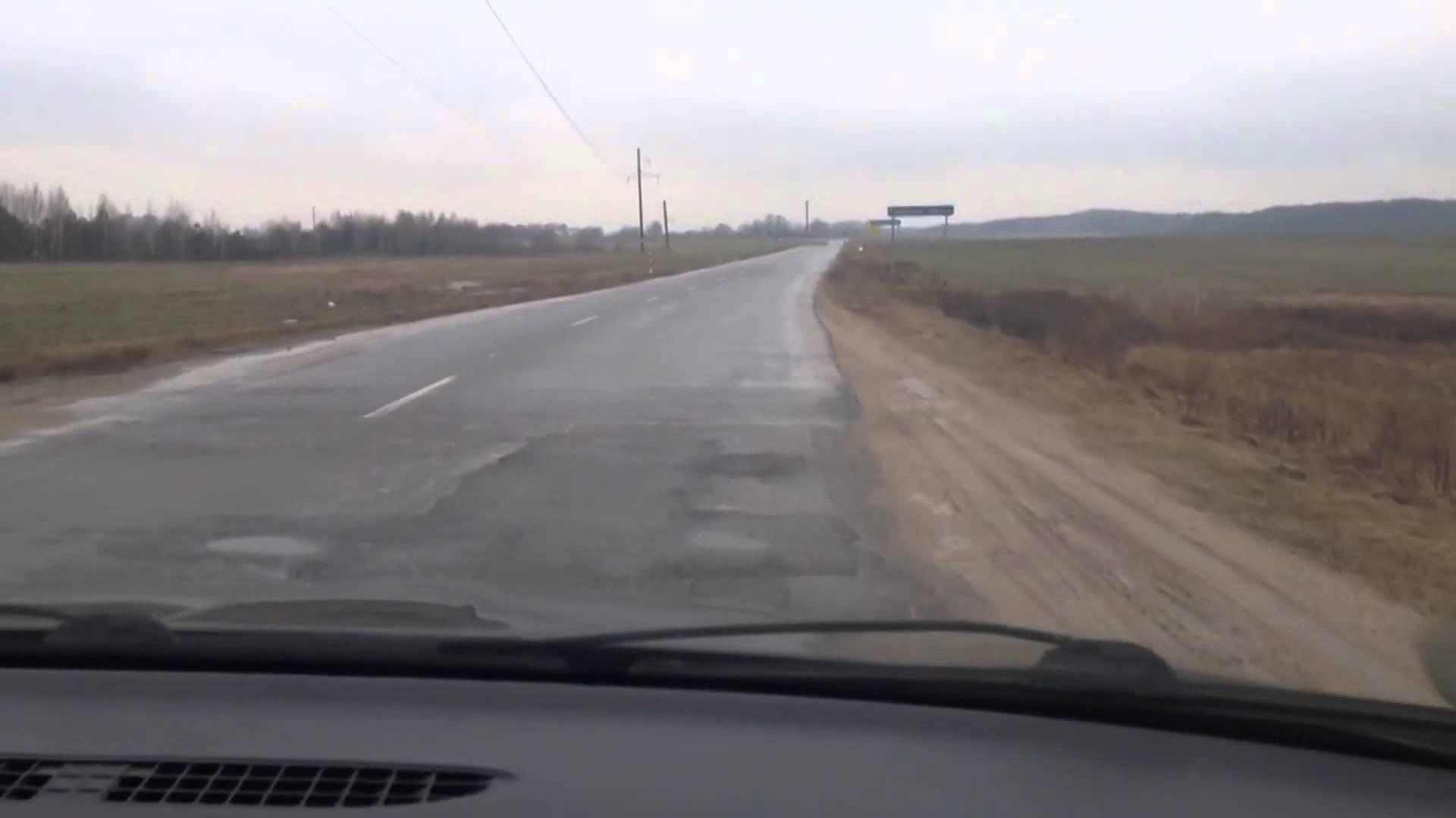 Под Бобруйском автомобиль сбил мать с 2-мя детьми— женщина погибла