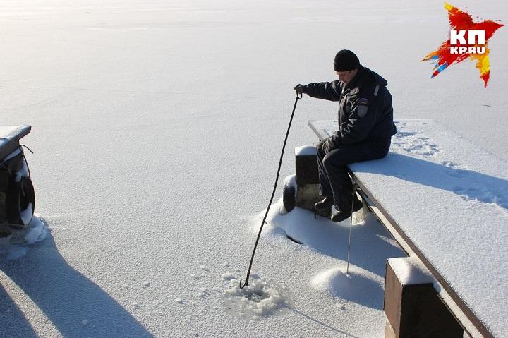 Сегодня рыбак провалился под лёд вВоткинске