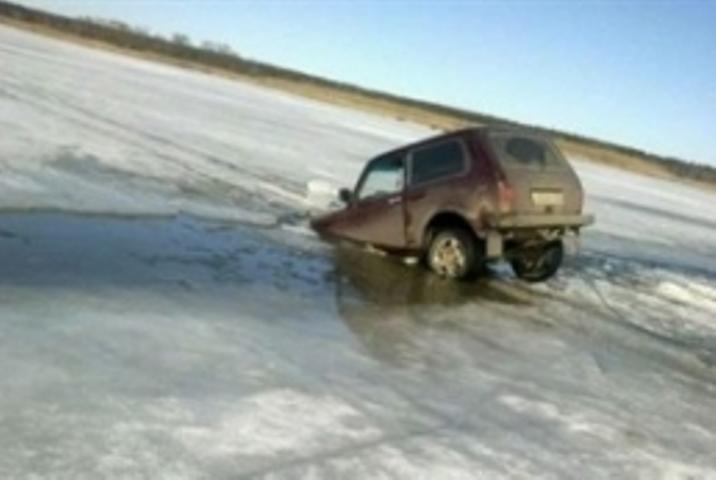 Две машины погрузились под лед наБайкале: есть жертвы