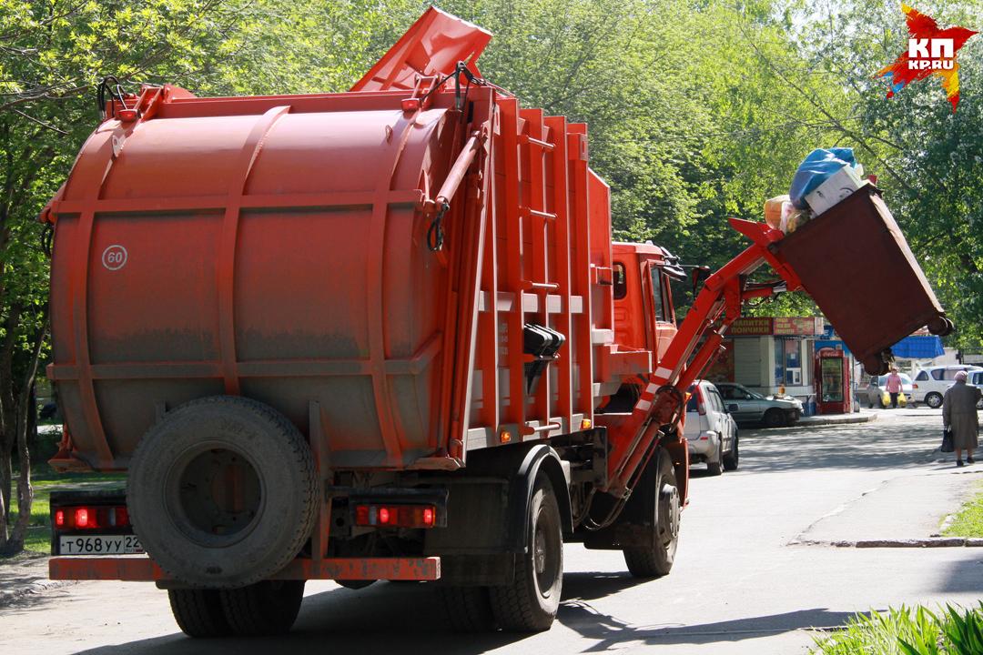 Водителя насмерть придавило при ремонте мусоровоза вБарнауле