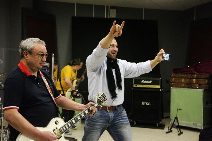 Чермен Шоканов и Кирилл Шимко призывают наслаждаться музыкой и заниматься спортом.