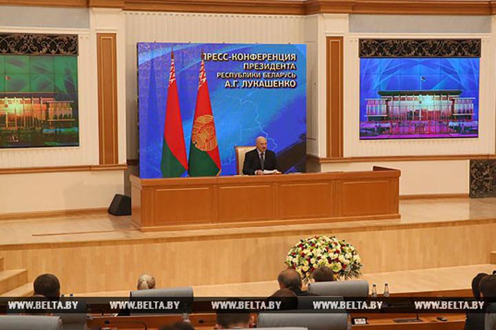 Лукашенко объяснил, зачем он поцеловал Коран. Фото: БелТА.