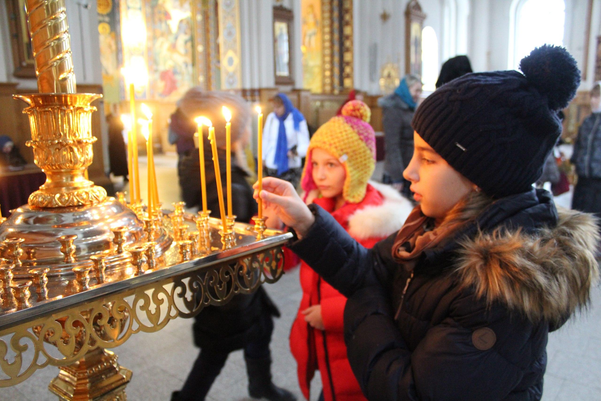 Ребята смогли поставить свечки и приложиться к святыням.