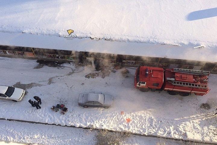 ВНовосибирске наодной улице загорелись торговый центр иавтомобиль
