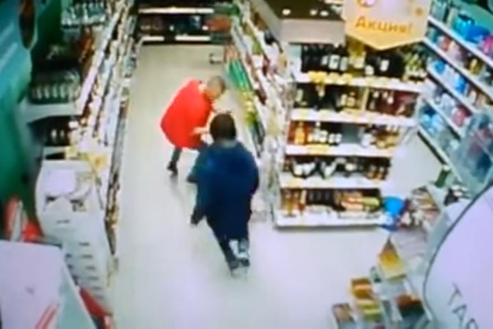 За секунду до удара. Нож - в левой руке у нападавшего.