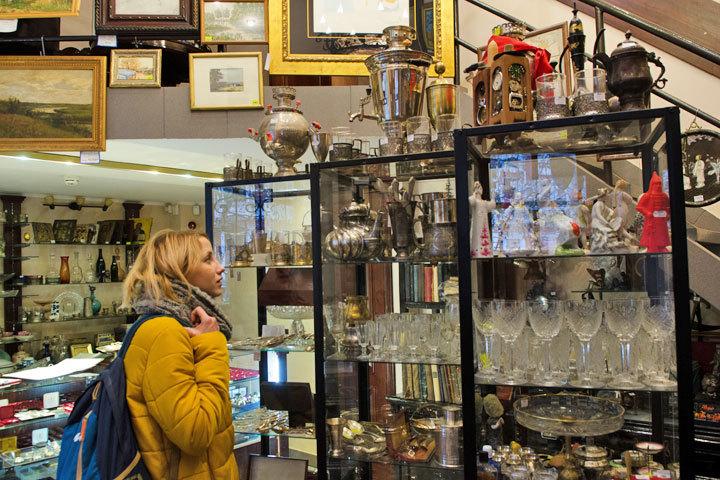 Старинную мебель, утварь и украшения можно сдать в антикварный магазин.