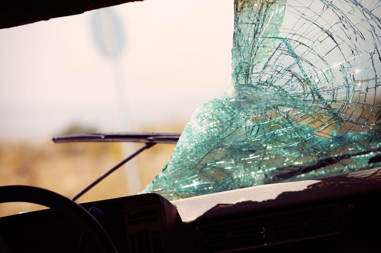 Хулиган побил руками иногами припаркованный Форд Transit вКронштадте