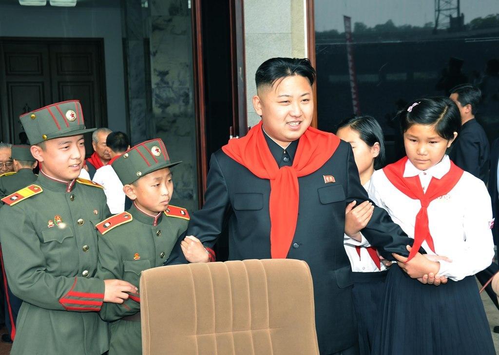Ким Чен Ын выступает перед 20 000 корейскими пионерами на одном из стадионов Пхеньяна.