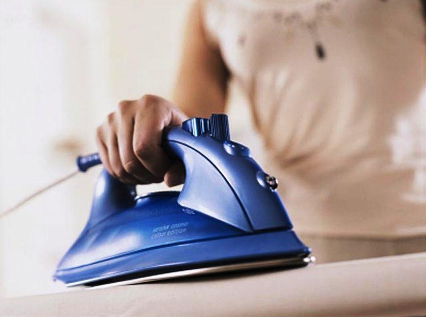 Пожалуй, самым эффективным, безопасным и быстрым методом разглаживания складок на деликатной ткани является использование пара.