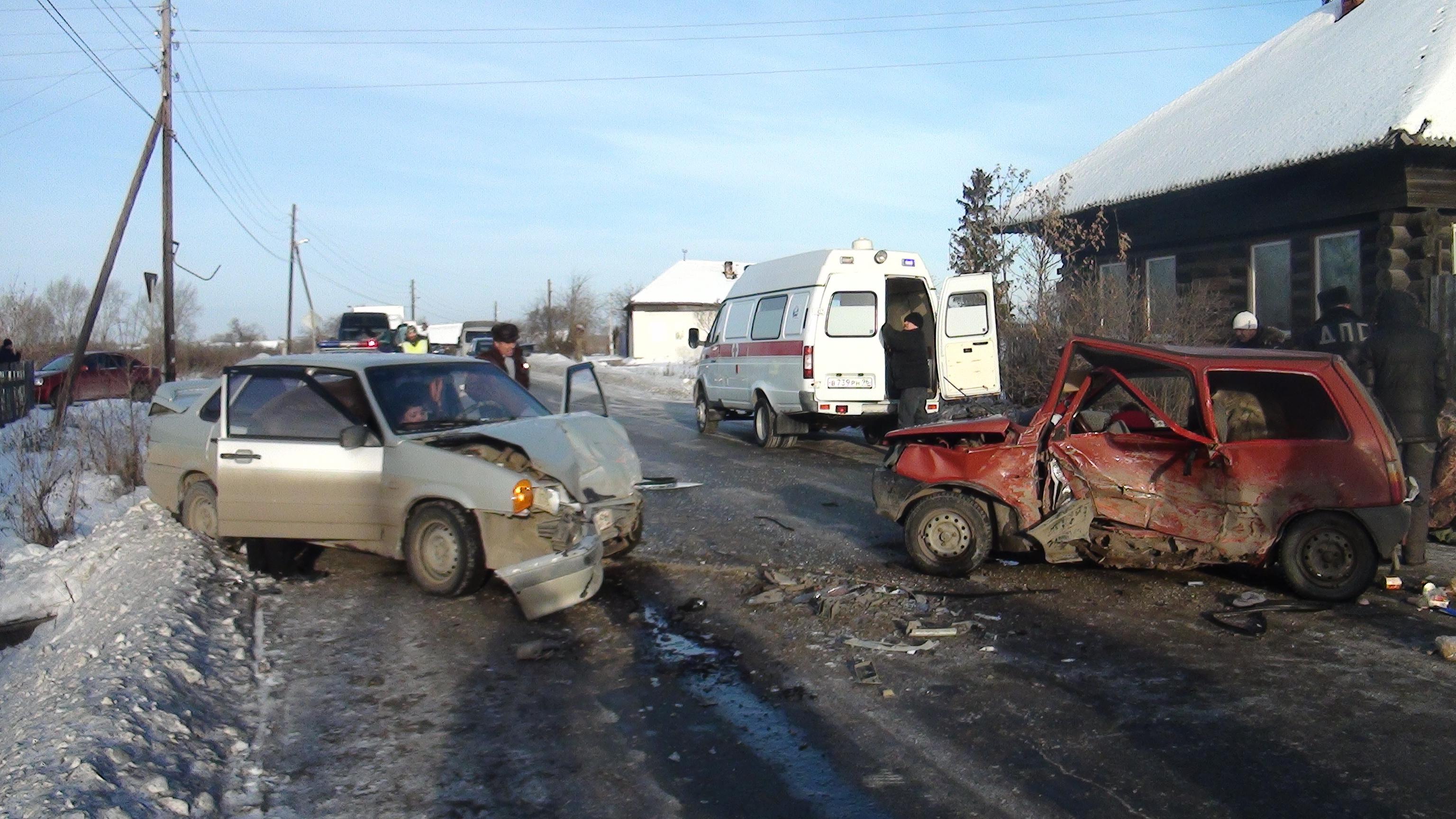 ВАртемовском шофёр «Оки» вылетел навстречку: трое отправлены вмедучереждение