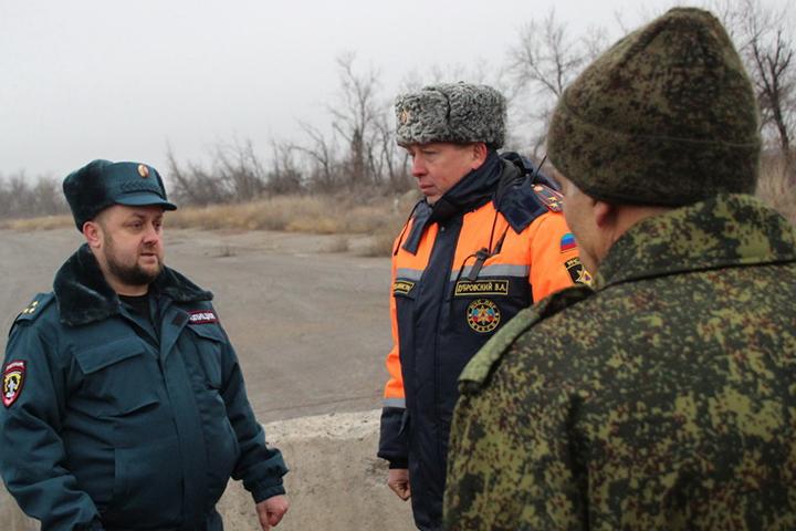 Заместитель министра внутренних дел ЛНР Роман Тутов (на фото слева) заявил, что жителям ездить через КПП в районе Счастья будет удобно и быстро. Фото: «ЛИЦ»