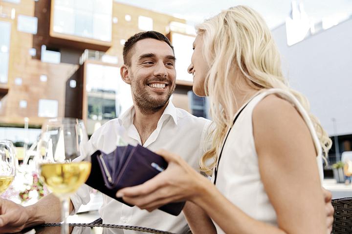Если знакомый, с которым вы обедаете, регулярно забывает дома деньги - это тревожный звоночек. Фото: Фотобанк Лори
