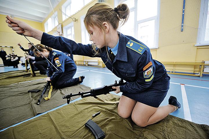 Девочки собирают АК-74 ничуть не хуже мальчиков.