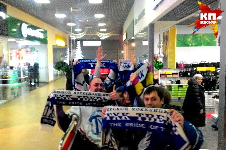 Фанаты ТХК поддержали любимый клуб песней. Фото: Альберт БОЙКОВ