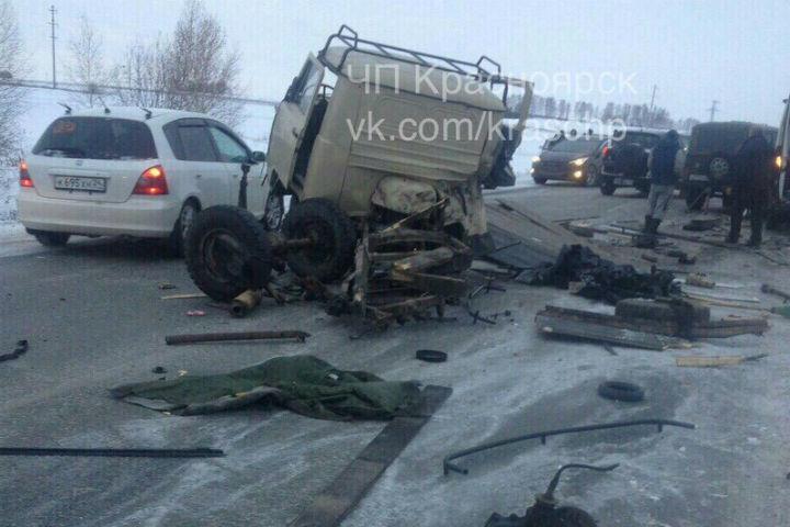 ВКрасноярском крае врезультате происшествия надороге начасти разорвало УАЗик