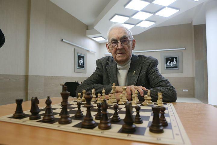 """""""Жизнь каждого человека - шахматная доска. Черно-белая. Или бело-черная. Кому как повезет"""", - говорил Марк Тайманов."""