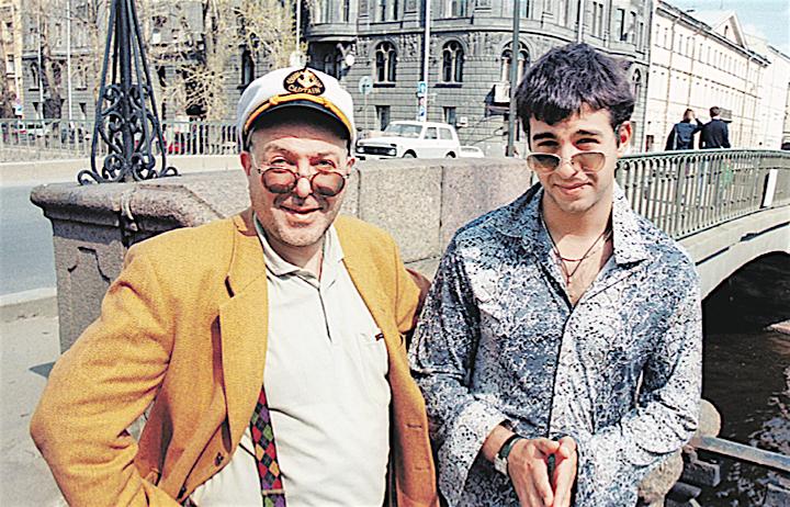 Фото из архива: Андрей Ургант и его сын Иван - совсем еще мальчишка - в вечно молодом Санкт-Петербурге.