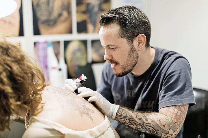 Заражение возможно при нанесении татуировок, если не соблюдены санитарные правила обработки инструментов. Фото: фотобанк Лори