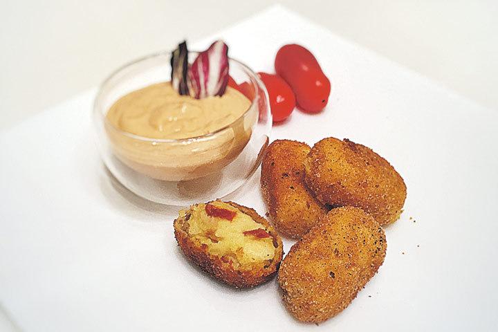Нет у нас больше противного вчерашнего пюре, позвольте предложить блюдо дня - свежайшие картофельные крокеты!