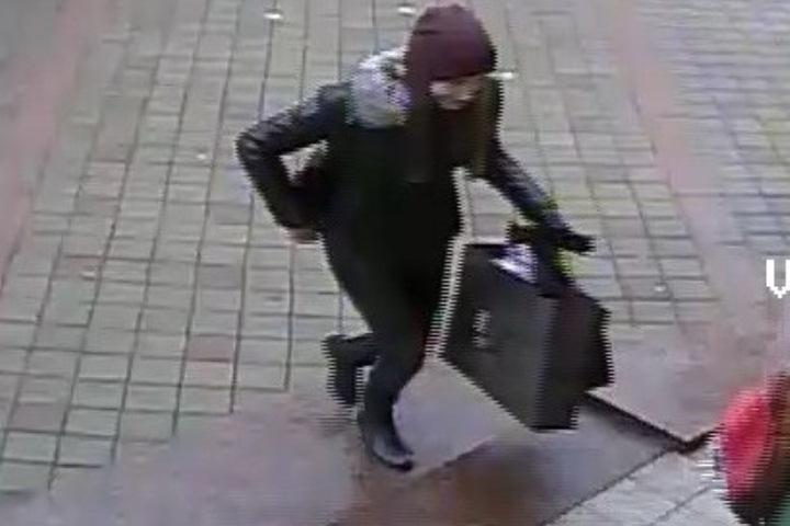 ВМинске разыскивают девушку, взявшую наулице пакет свещами на $2500