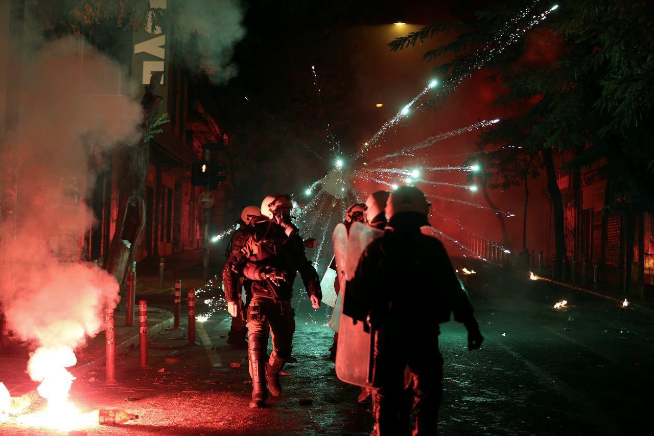 Милиция применила слезоточивый газ против протестующих, устроивших беспорядки вГреции