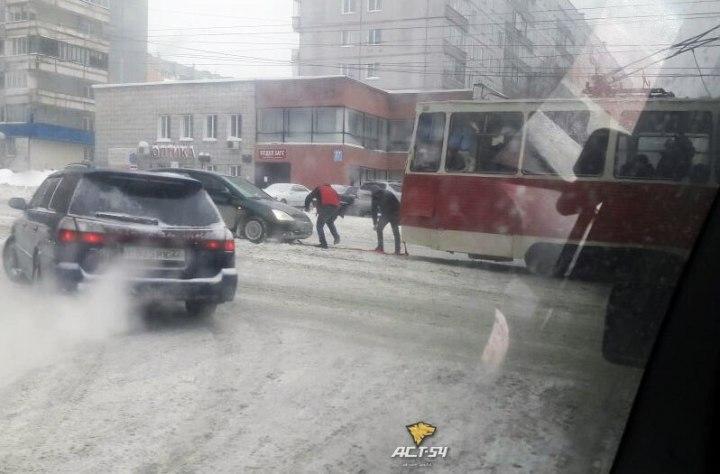 Трамвай №13 пришел напомощь застрявшему автомобилю вНовосибирске